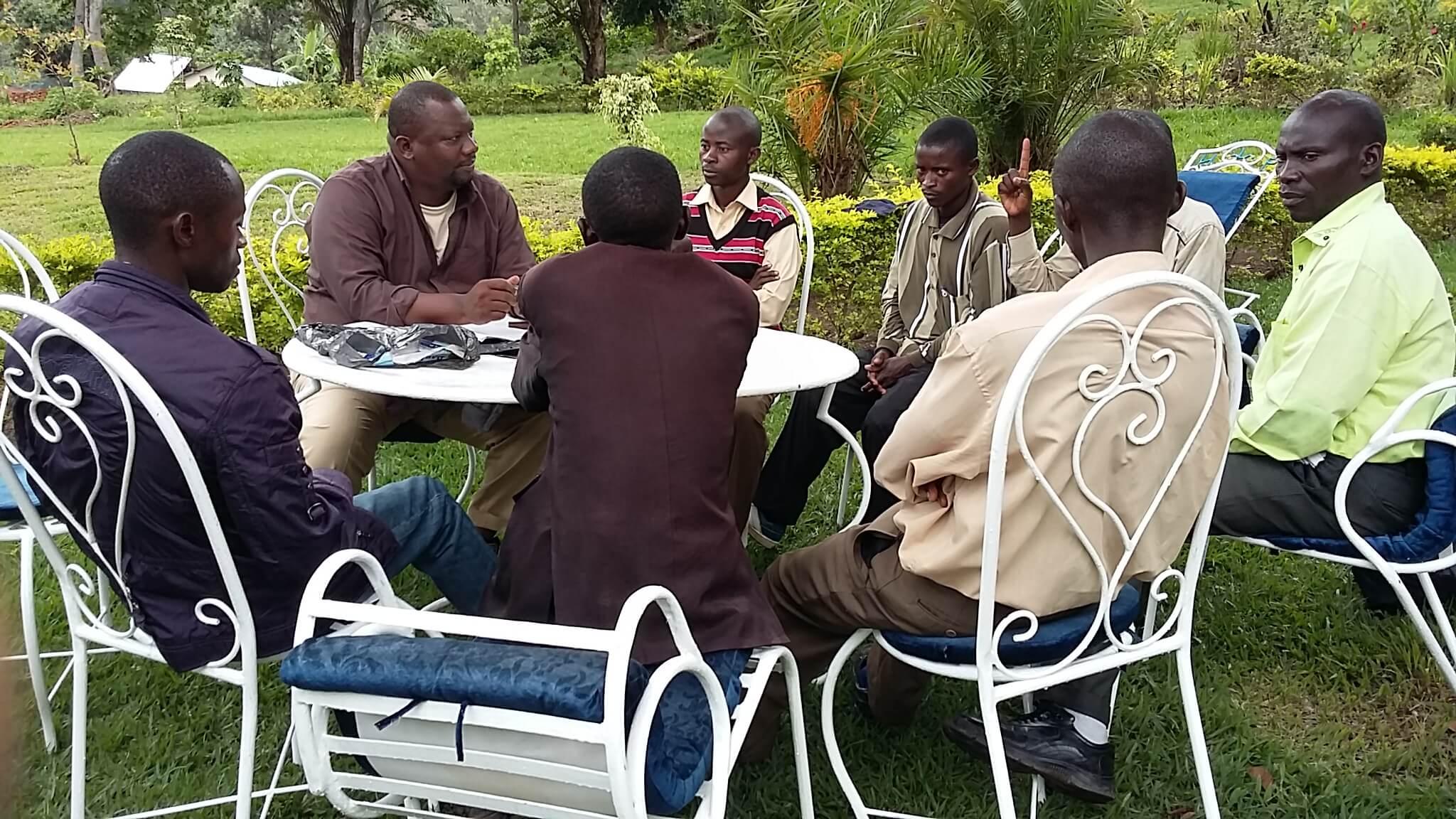 """Dr Augustin K.Basabose, Directeur Exécutif de PEx, en réunion avec la jeunesse locale d'Idjwi, membres de """"Initiative pour la Restauration et la Conservation des Forets d'Idjwi (IRCFI)"""", organisation communautaire locale visant la réhabilitation  et la conservation des forets à Idjwi."""